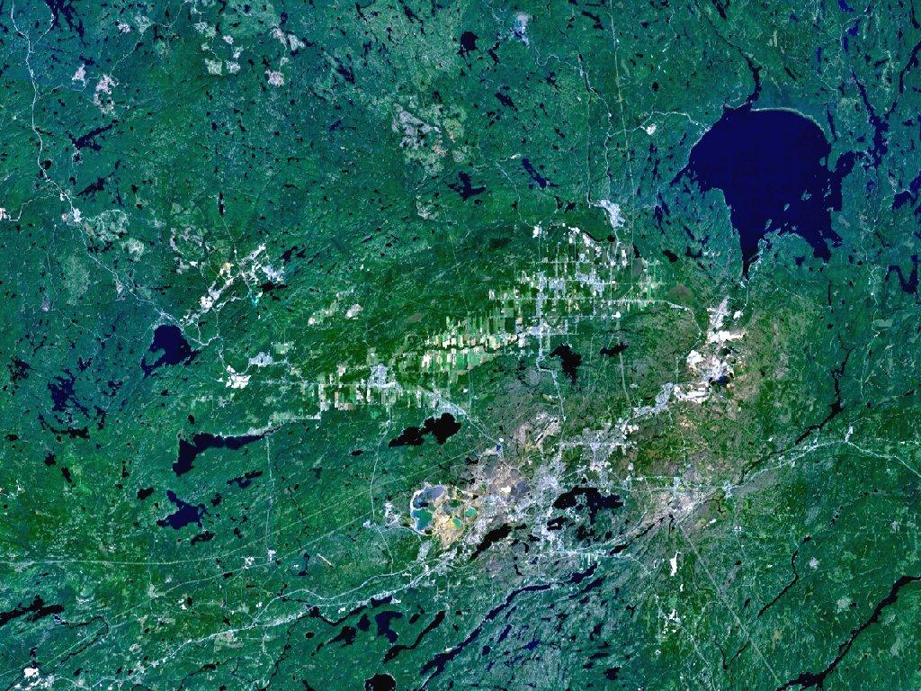 Кратер Садбери и остаточное озеро (сверху справа)