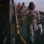 Нил Армстронг перед посадкой в кабину корабля