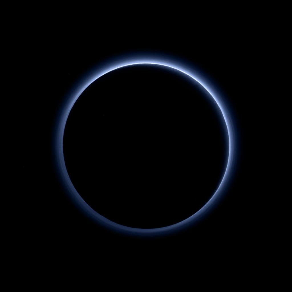 Рассеивание синего цвета атмосферой Плутона, по данным мультиспектральной камеры MVIC, снимок зонда Новые Горизонты.