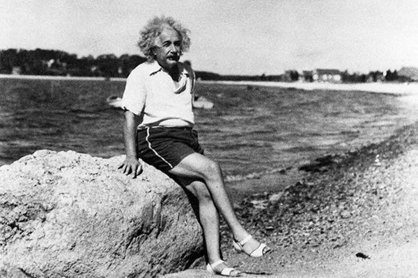 Альберт Эйнштейн на пляже