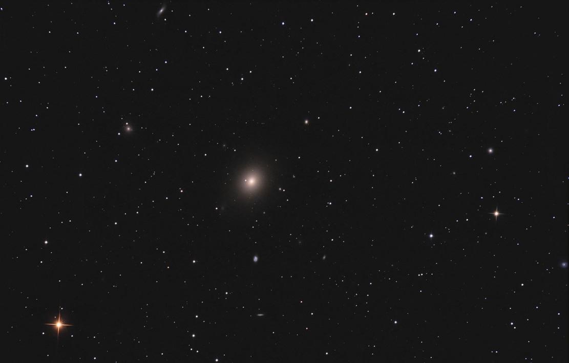 Эллиптическая галактика M49 (в центре) - 22 апреля 2009 г