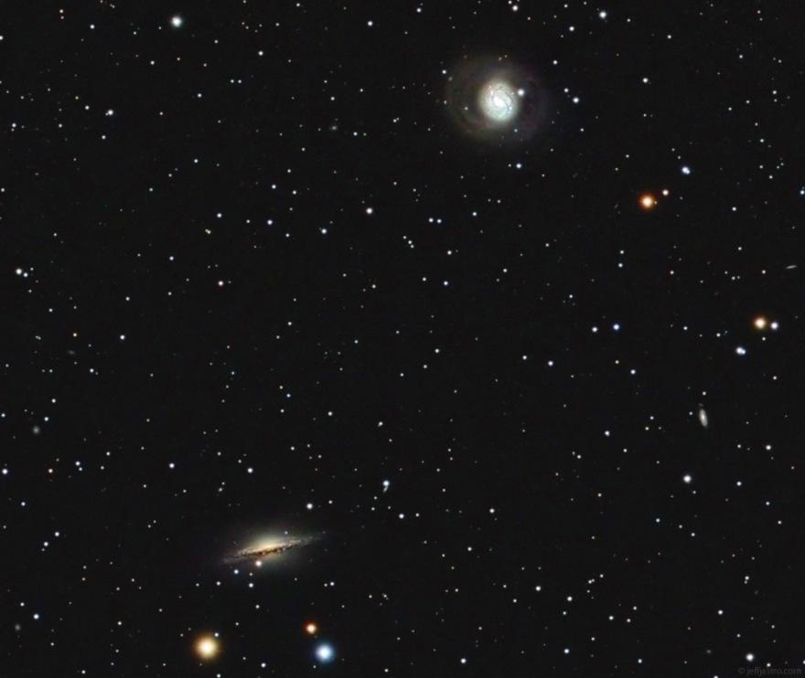 Спиральные галактики M77 (справа вверху) и NGC 1055 (слева внизу)