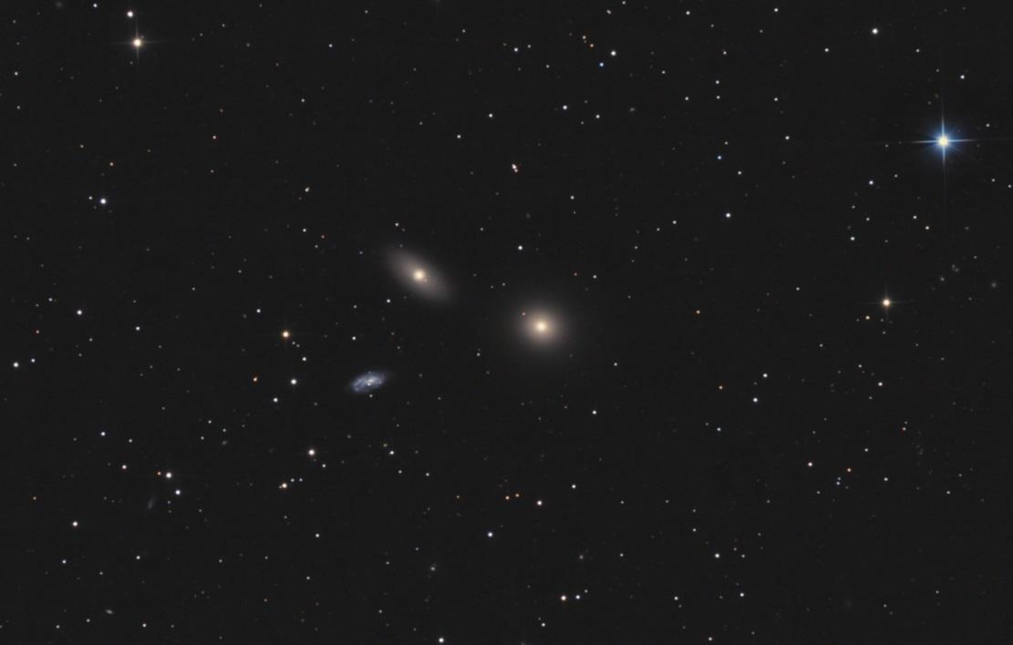 Галактики M105, NGC 3384 (верхняя), MGC 3373 (нижняя)