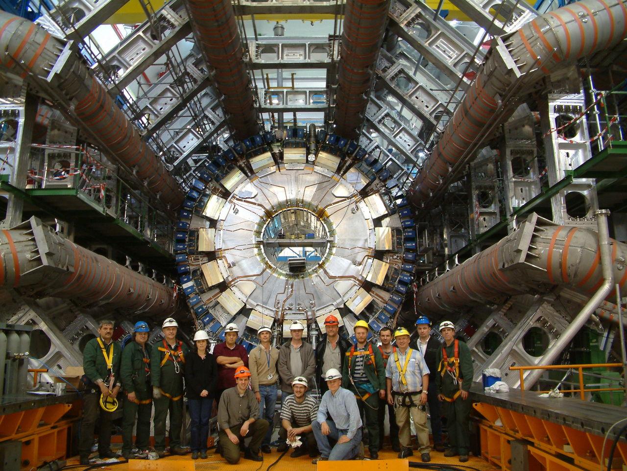 Детектор ATLAS и некоторые его сотрудники