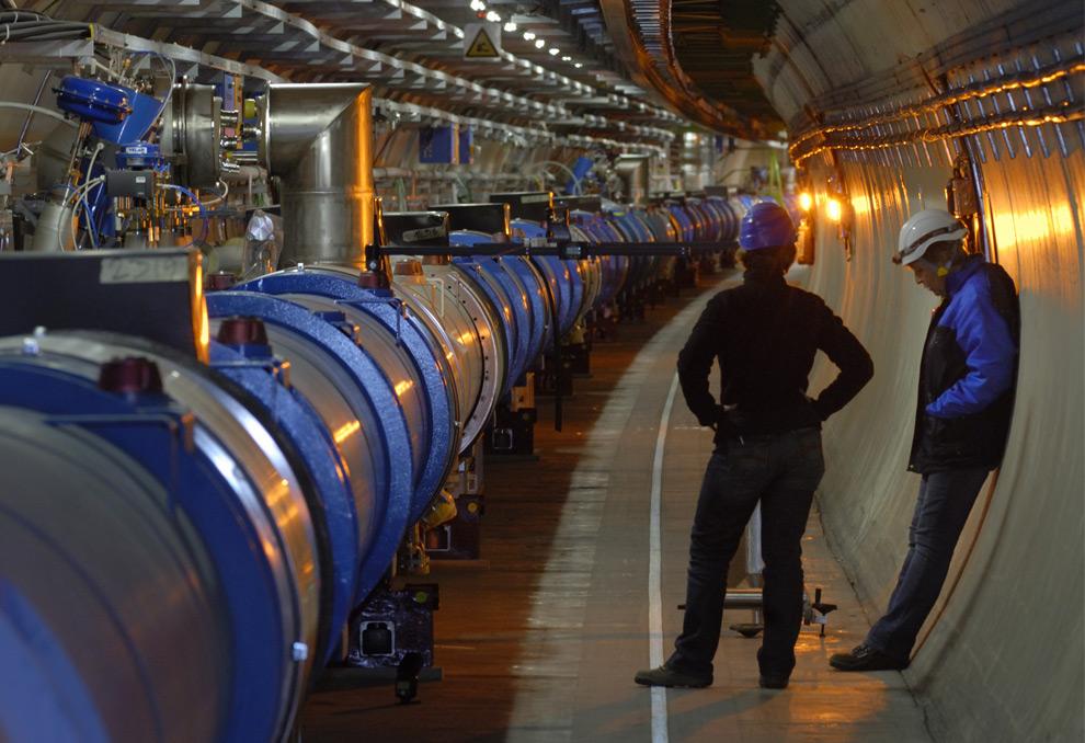Сотрудники ЦЕРНа в тоннеле коллайдера