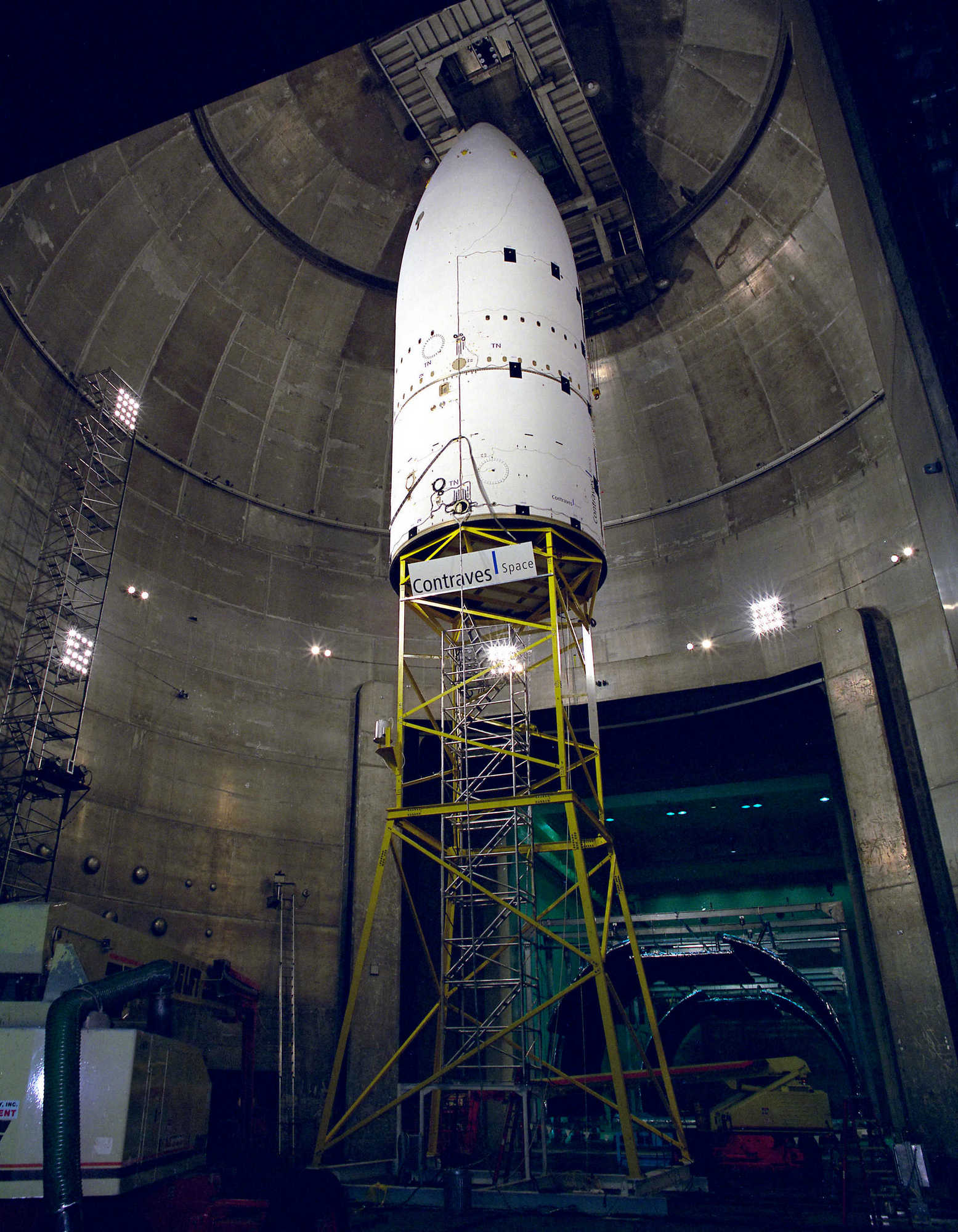 Головной обтекатель Ариан-5 (5,4 м в диаметре) на тестах в вакуумной камере NASA