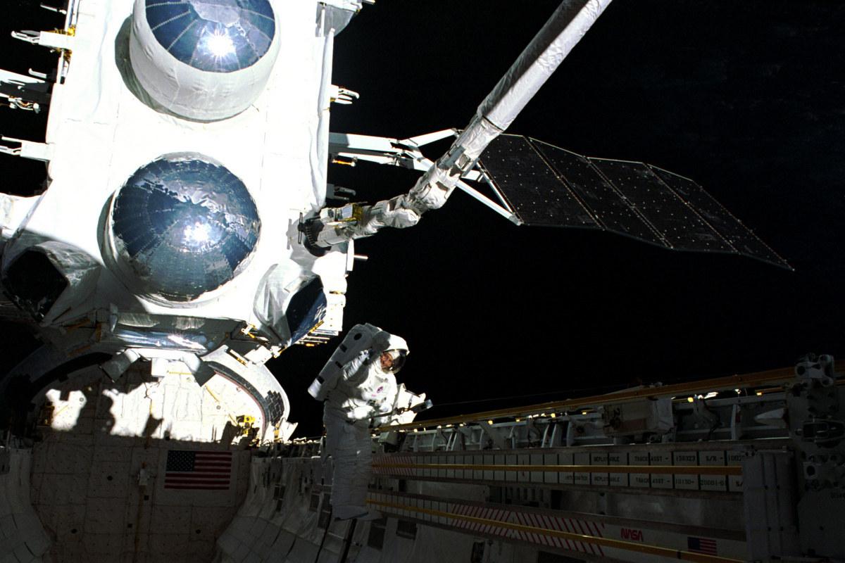 """Астронавт Эпт Джером выходит в открытый космос из шаттла """"Атлантис"""" чтобы развернуть заклинившую антенну обсерватории Комптона"""