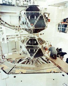 Пара спутников Vela в ходе подготовки их к запуску