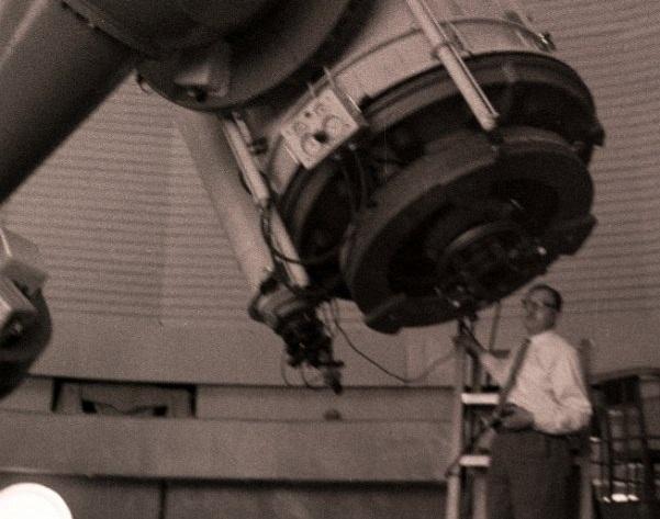 Б.А.Воронцов-Вельяминов наблюдает на ЗТЭ. 1962 год