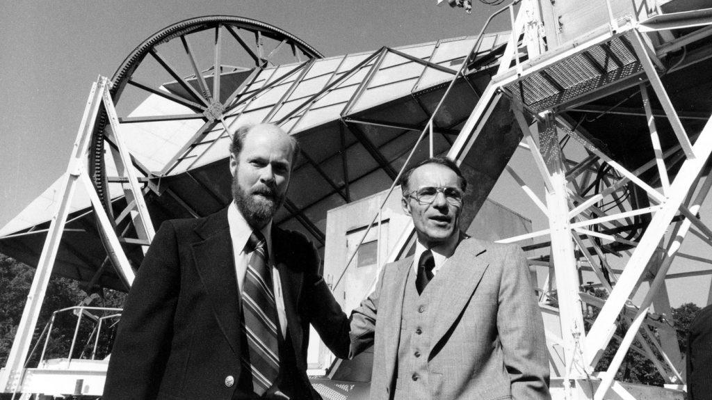 Роберт Вильсон (слева) и Арно Пензиас на фоне антенны, с помощью которой они открыли реликтовое излучение, после присуждения Нобелевской премии в 1978 году.