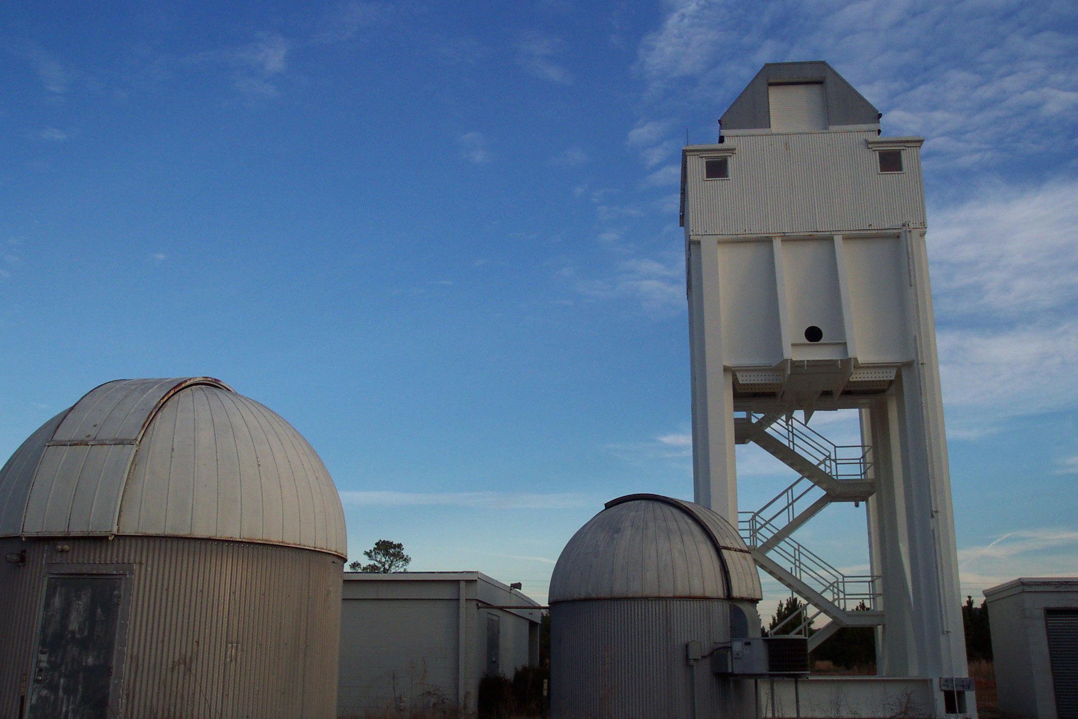 36-сантиметровый телескоп Шмидта-Кассегрена (расположенный в 15-метровой башне) автоматизированной лунной и метеорной обсерватории (Automated Lunar and Meteor Observatory или ALaMO)