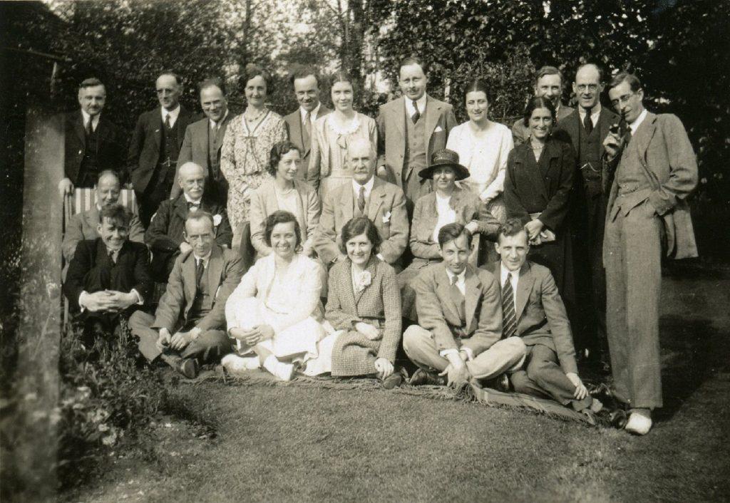 Персонал лаборатории Брэгга в 1931 году: У. Х. Брэгг ( в центре), физик А. Лебедев (слева), Г. Гамов (справа)