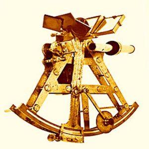 """Вице-гелиотроп. Латунь, золото, стекло, красное дерево (создан до 1801 года). С рукописной надписью: """"Собственность господина Гаусса"""". Находится в Университете Гёттингена, первый Физический институт."""
