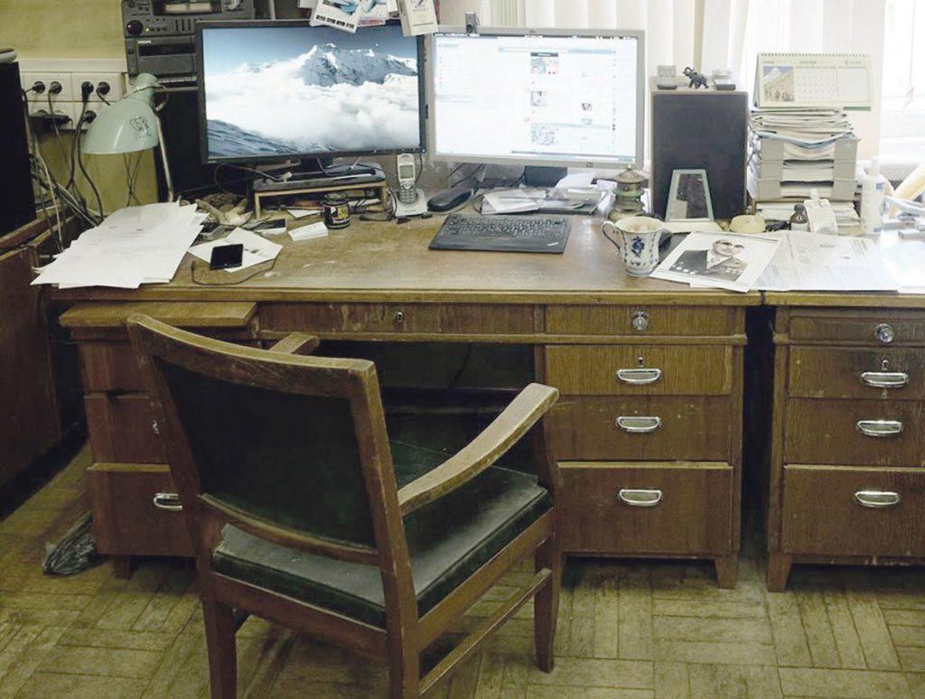 Кресло и стол А.Б. Воронцова-Вельяминова в Отделе физики эмиссионных звезд и галактик, в комнате 50