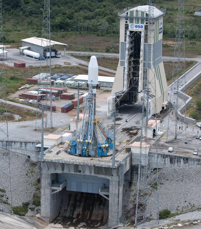 """В отличие от российских космодромов на стартовом комплексе ELS стыковка РН """"Союз"""" с головной частью производится вертикально с помощью отдельной мобильной башни обслуживания"""