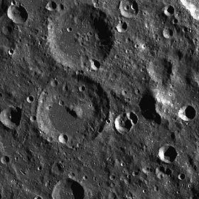 Кратер Ливитт в центре снимка, над ним сателлитный кратер