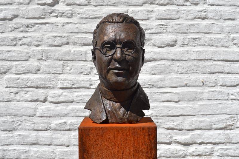 Статуя находится в Лёвене, во дворе бывшего Института физики, где жил и работал Леметр