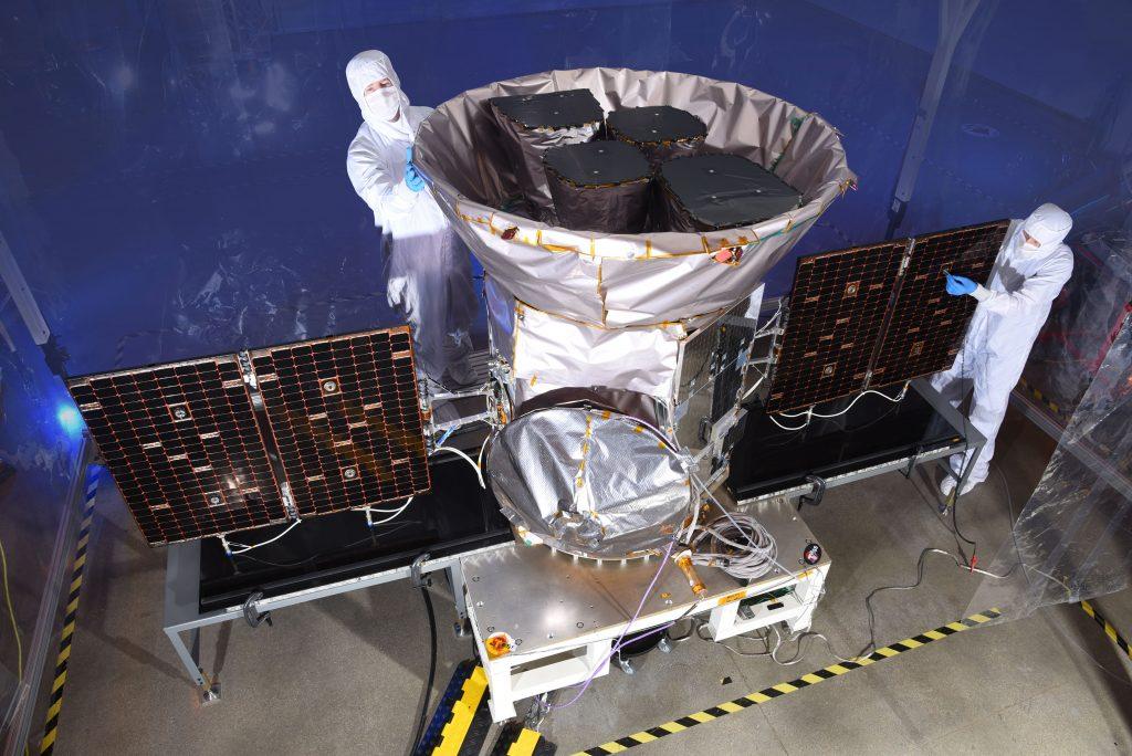Инженеры заканчивают сборку телескопа TESS