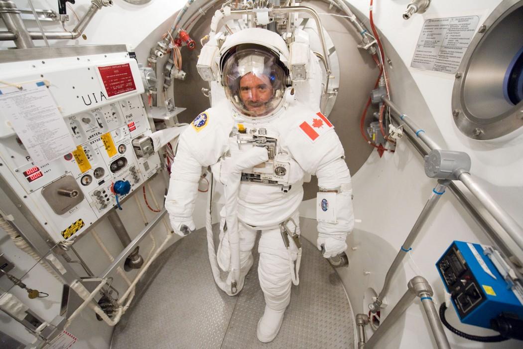 Крис провёл около 50 дней под водой готовясь к выходу в открытый космос