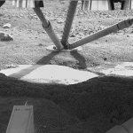 Уже первые снимки поверхности Марса под днищем зонда показали возможный лед, который был оголен работой посадочных двигателей