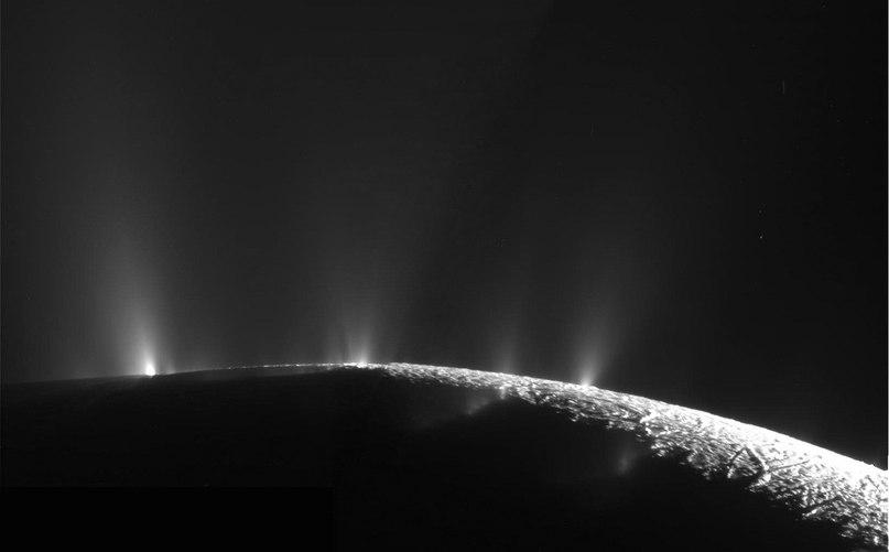 Реальная фотография зонда Кассини - бьющие водяные фонтаны с поверхности спутника